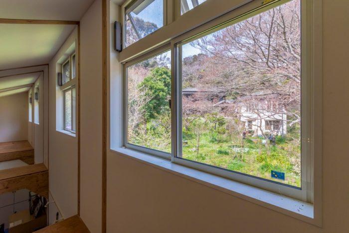 高窓からは旧坂井家の家が見える。