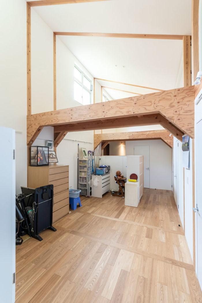 玄関を入ってすぐのスペースは廊下兼納戸。右に仕切られた部屋が並ぶ。
