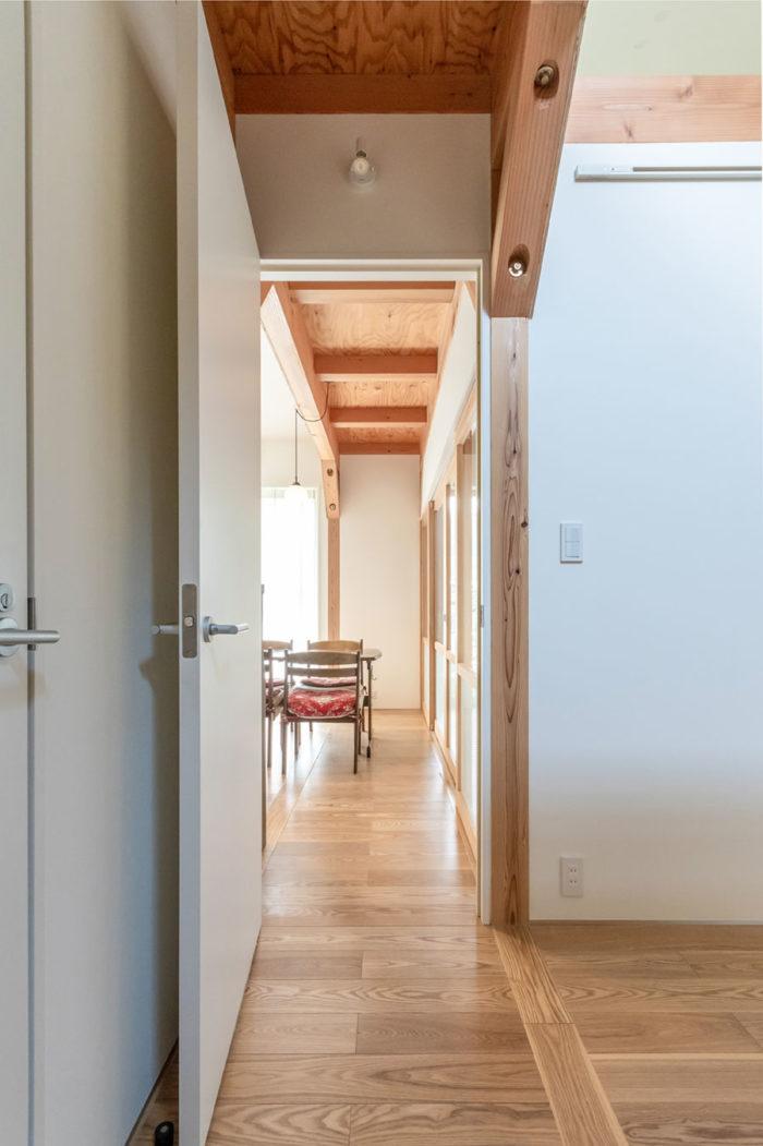 玄関からダイニングを見る。中央に見える天井部分もその両脇の柱梁とともに構造の役割を果たしている。