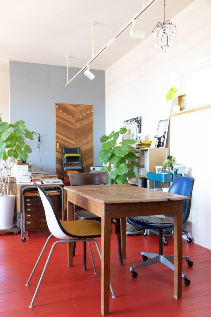 手前は20年以上使っているという愛着のある小さなテーブル。奥のヘリンボーンに貼った扉も、葛谷さんのDIYなのだとか。