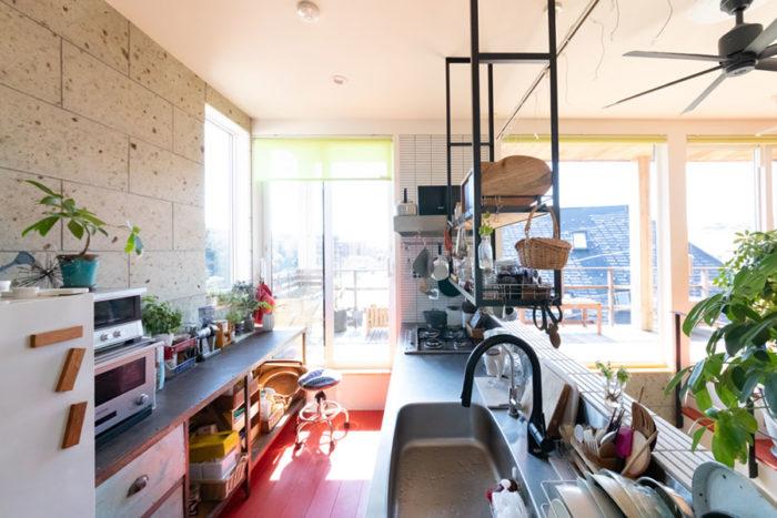 光がたっぷり差し込むキッチン。「キッチンの棚はオープンラックにしたいと思っていました。なかなか気に入ったものがなくてずいぶん探し、『オルネ  ド  フォイユ』の実店舗でやっとお目当てのものが見つかりました」