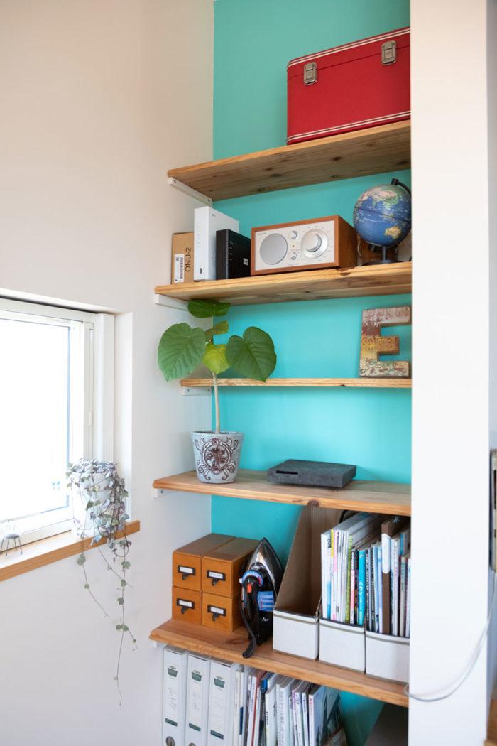ブルーの壁も自分でペイント。棚板の幅を変えれば、背の高い植物も飾れる。