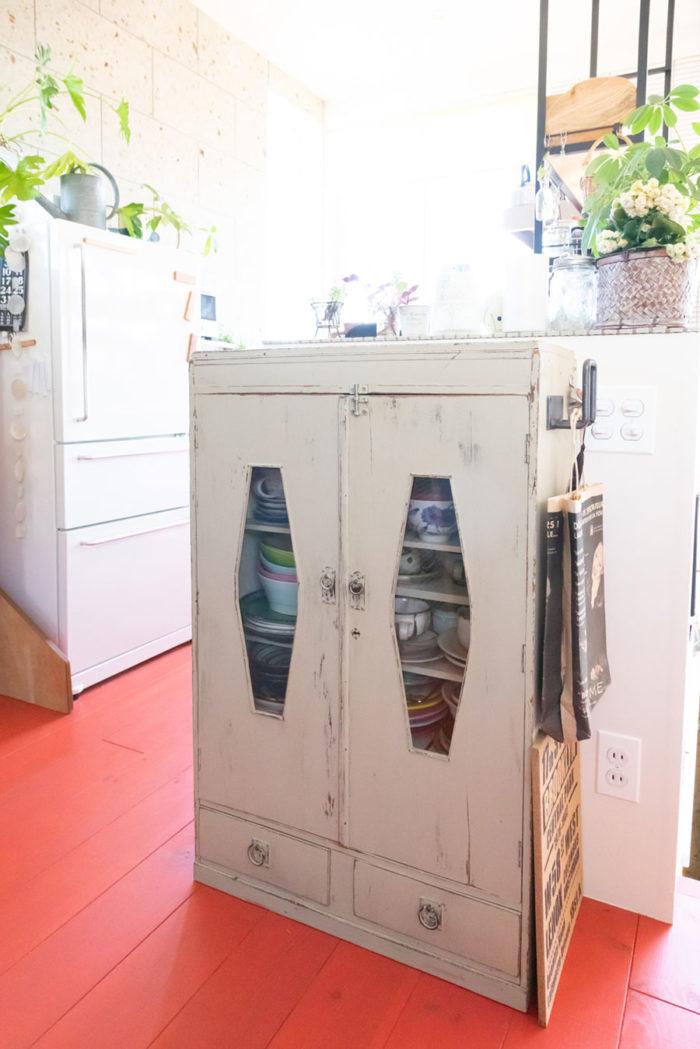 「食器棚として使っている和家具は、自分でペイントしました」