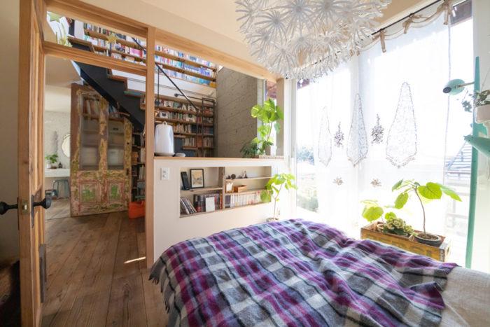 寝室のカーテンはH.P.DECOのもの。階段室との間の仕切りはまだ開いたまま。「まだアイディアが固まっていません。猫がここを便利に使って行き来しています(笑)」