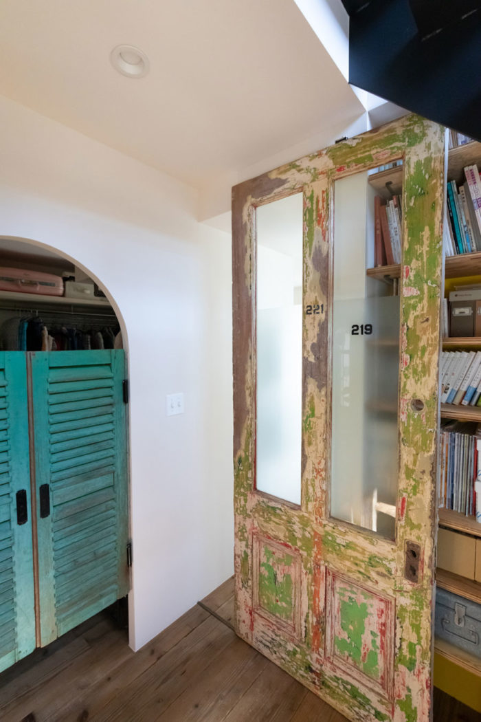 右の扉はアメリカの小学校で使われていたものだそう。「塗装を削ってみると歴代のペンキが現れ、カラフルな扉になりました」