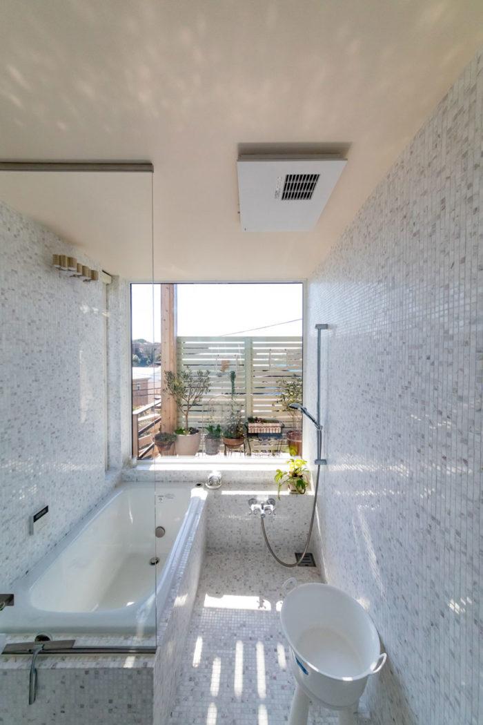 眺めのよいバスルームは、手前にもシャワーがある。「シャワーだけで済ませる時に浴室全体が濡れないほうが掃除が簡単かなと思って贅沢をしました(笑)」