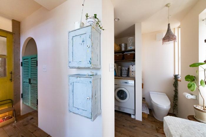 壁につけた水色の2つのボックスはDIYしたもの。「木箱に扉をつけて、クラックペイントしました」。この壁の裏側が洋服の収納スペースになっている。