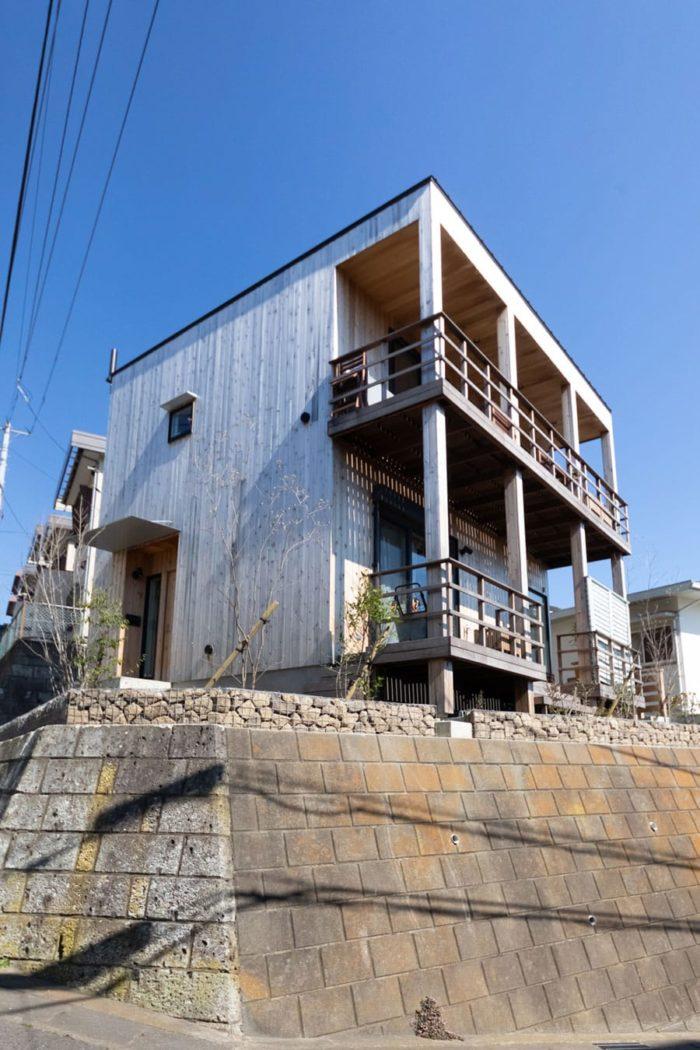 逗子の高台に建つ葛谷邸。以前ここには平屋があった。「撮影用のポールの先にスマホをつけて伸ばしてみたら、2階の高さから逗子マリーナ辺りの海が見えることがわかったんです。この眺めを見て、平屋をリノベするよりも、2階建てを新築したほうがよいと決断しました」