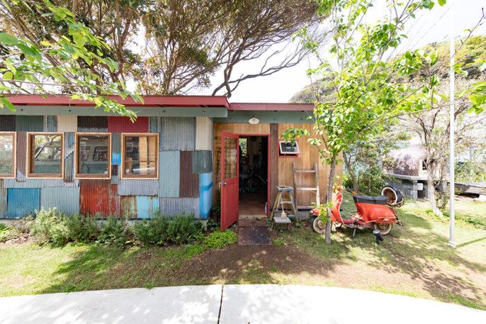 カリフォルニアの農場にあるような小屋をイメージ。古トタンを譲り受けてDIYで作りあげた。キャンプ用品やDIYツールなどを置いている。ガレージにも接続。