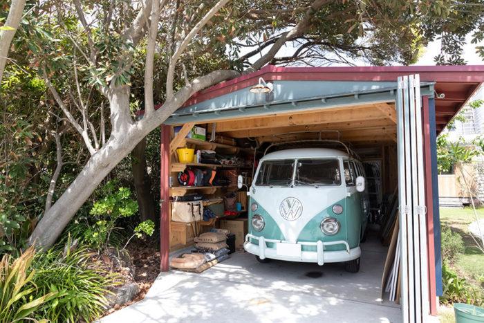 レトロな雰囲気のワーゲンバスが小屋の中に鎮座。