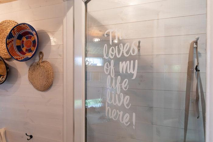 玄関からリビングに入るドアの文字は、ネットで探したサインペインティングのアーティストに描いてもらったもの。バスルームのドアにもペイント。