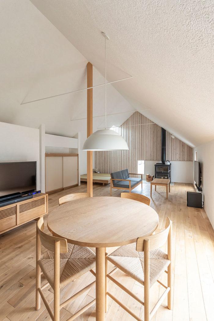 傍島浩美さんデザインによる家具がシンプルで落ち着きのある空間にとてもフィットしている。