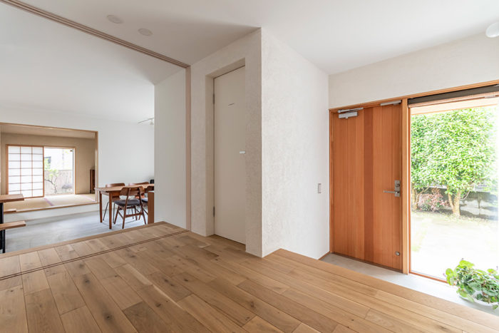 左が事務所スペースで右が玄関。