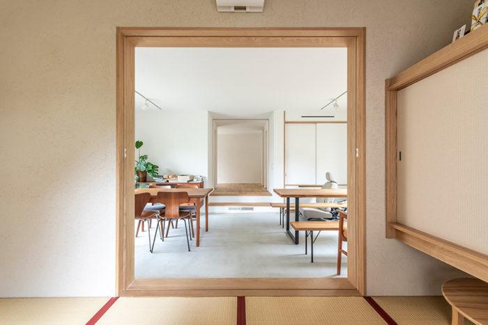 和室から事務所スペースを通して玄関ホールを見る。