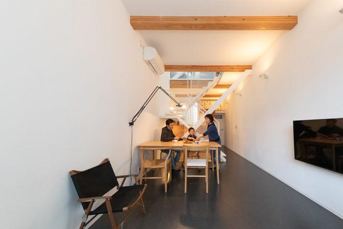 2階は、間口3m、奥行10mの細長いワンルーム。天井高3mがより開放的に印象付ける。