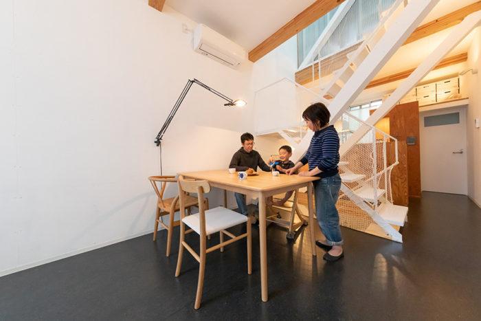 「好きな家具を揃えていきたい」と、マルニ木工でジャスパー・モリソンのダイニングテーブルと椅子(手前)を購入。
