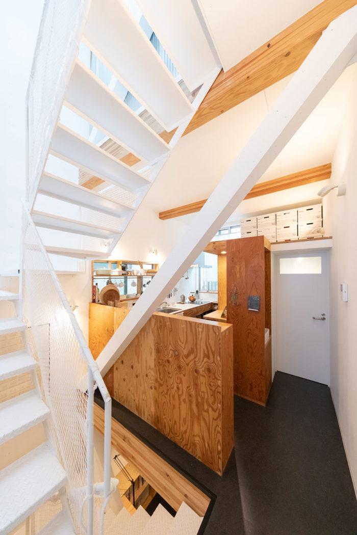筋交いのある階段奥がキッチン。ダイニングスペースと分けたのは奥様の希望。