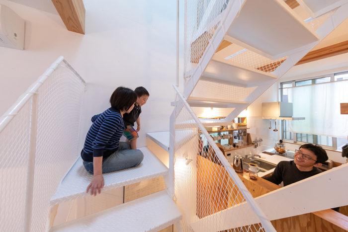 階段は移動手段だけでなく、コミュニケーションの場にもなっている。