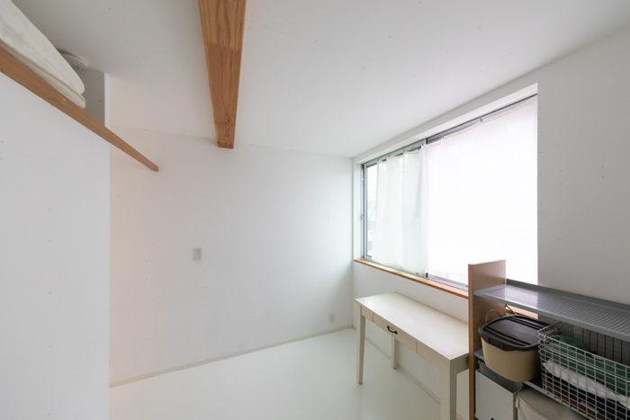 3階の右手奥(北側)は将来の子供部屋。白い机はご主人が20年ほど前に「unico」で購入したもの。