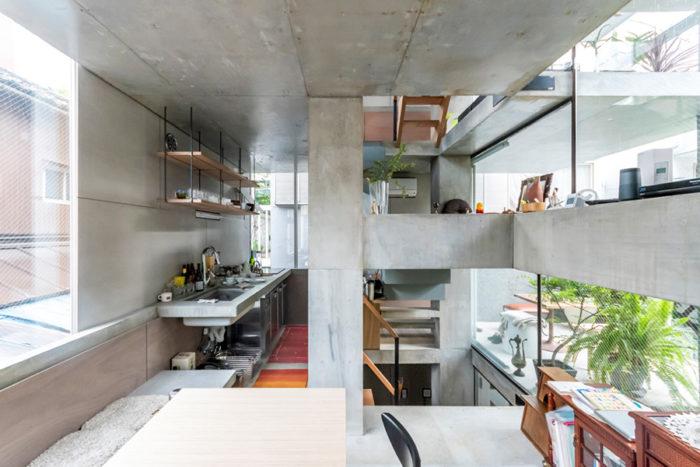 2階スペース。左からキッチン、階段室、バルコニー。ガラス面が大きいが、建物の中央近くにあるためプライバシーの面ではあまり気にならないという。