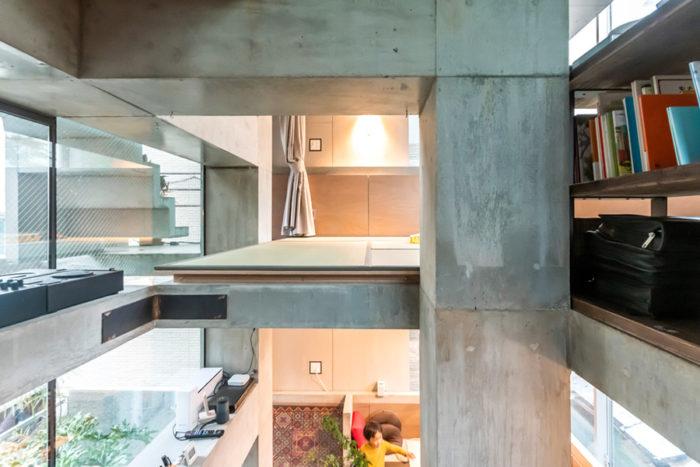 2階と3階を見る。2つの床の途中に存在感のある梁があるため、スキップフロアと勘違いする人が多いという。