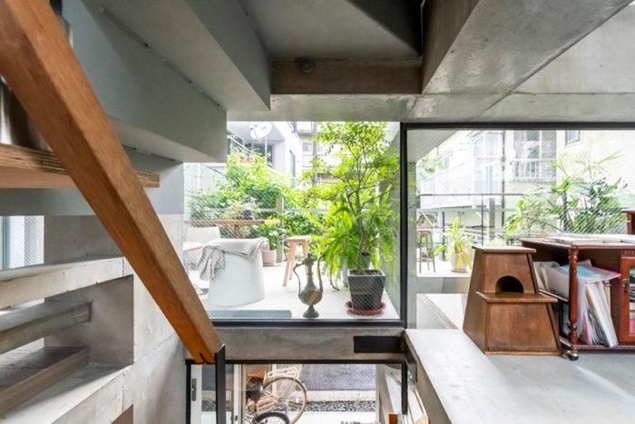 階段途中から見る。梁とスラブが分離することで、通常ではありえないような外との関係性が建物のいたるところで生まれている。