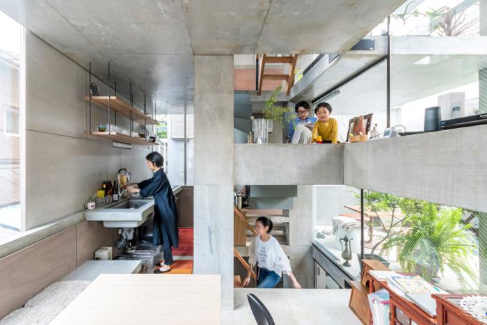 古澤さんと息子さんの2人がいるのは梁の上。40×40cmの梁は棚としても使えるし、腰かけたりすることもできる。