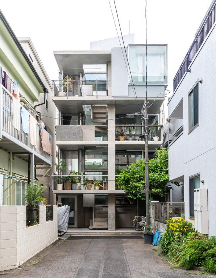 私道奥の真正面に立つ古澤邸。敷地は約45m<sup></noscript>2</sup>。建物の半分近くが外部空間になっている
