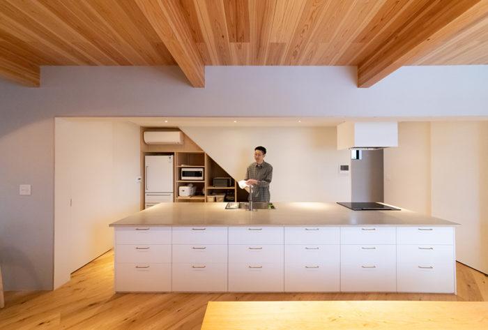 「料理しながら2階全体を見渡せる、この場所が好き」という直井さん。大きなアイランドキッチンは、将来、料理教室を開くことも視野に入れている。