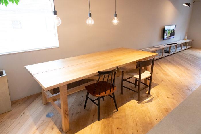 直井さん憧れの北欧の椅子たちに「IKEA」のダイニングテーブルをセット。