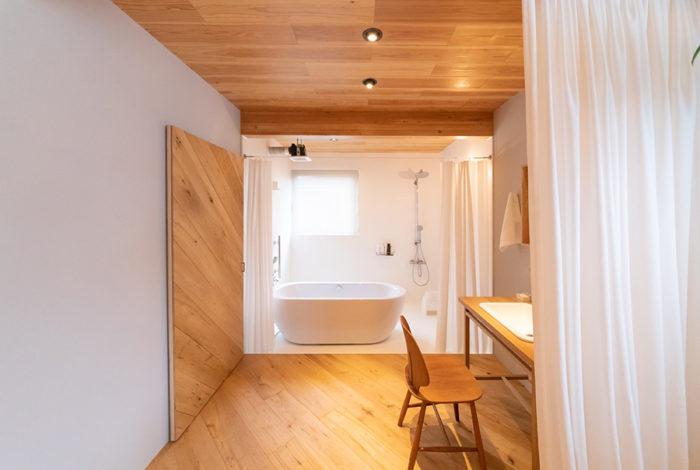 """扉や間仕切りを設けず、""""見せるバスルーム""""に。入浴するときは、カーテンを閉める。"""