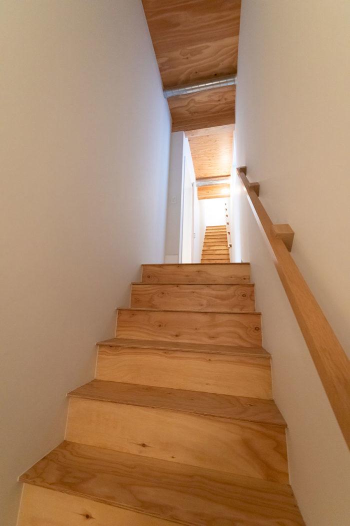 1階から2階へ昇る階段は、昇降機を設置することを考慮し、広めにとっている。
