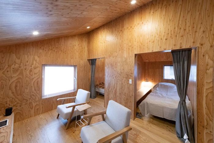 ラーチ材で統一した3階のリビングと父母の寝室。2階とは異なる印象に。一人掛けソファは2階と同様、「グリニッチ」のオリジナル。
