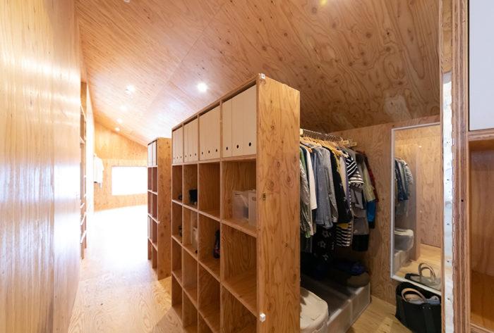 4人各自のクローゼットが設置。勾配天井と素朴な素材感が山小屋風。