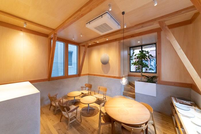 家具はすべてハンス・J・ウェグナーのもの。「心地よい椅子でゆっくり珈琲をお楽しみください」。