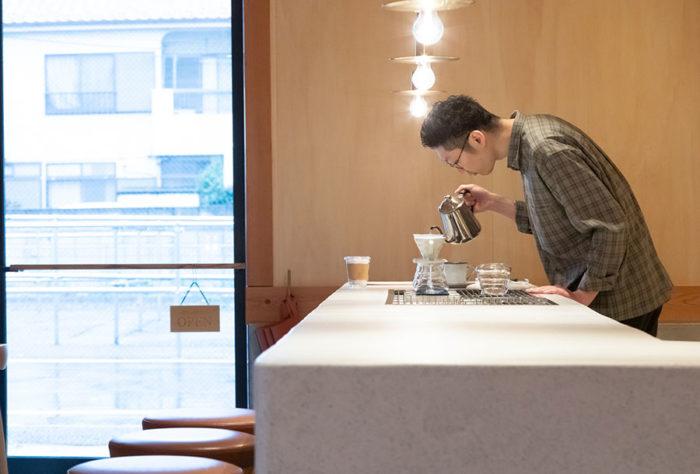 一杯ずつ心を込めて、丁寧に珈琲を淹れる直井さん。その姿は美しく、見ている人を飽きさせない。