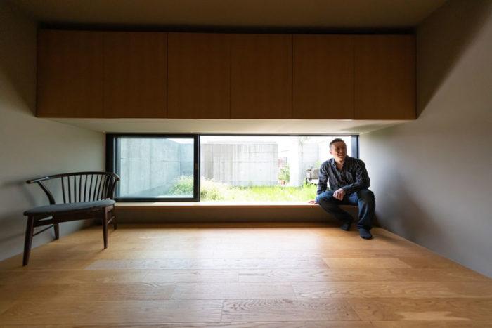 最上階は、低い窓の外に屋上の緑が広がる。茶室にいるかのような落ち着く空間。