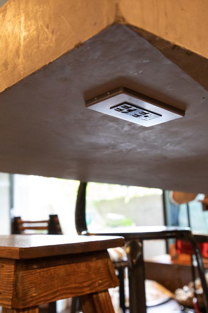モルタルのカウンターテーブルの裏側にもコンセントを設置。