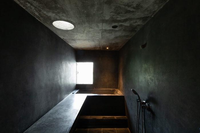 2階の浴室。床は玄昌岩、壁や洗面カウンター、浴槽は、煤を混ぜたモルタルに防水加工を施してある。
