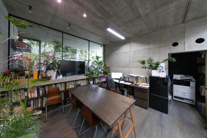 約1m下げて半地下の事務所空間を作った。