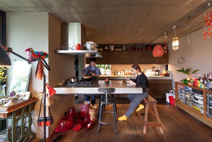 奥のI型キッチンの天板とカウンターテーブルは共にコンクリート打ち放し。ガスコンロはカウンター側に作った。長女の大学2年生の美久璃さん。そして弟が2人の5人家族。
