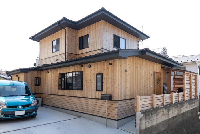 多摩のスギと張り方の構造にこだわった外壁は、湿度の高い日本の風土に適応。次第に色が変わっていく経年変化も楽しみのひとつ。施工はすわ製作所。