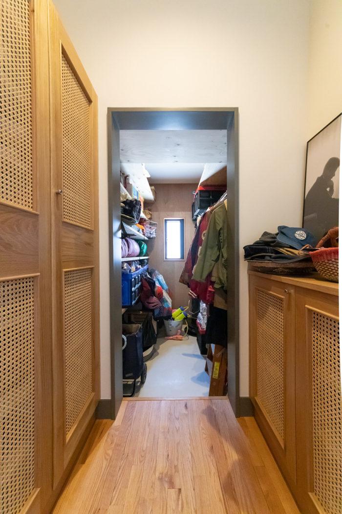 籐を用いた通気性のよいシューズボックス。奥にはアウトドアグッズなどを収めるクローゼットを設置。