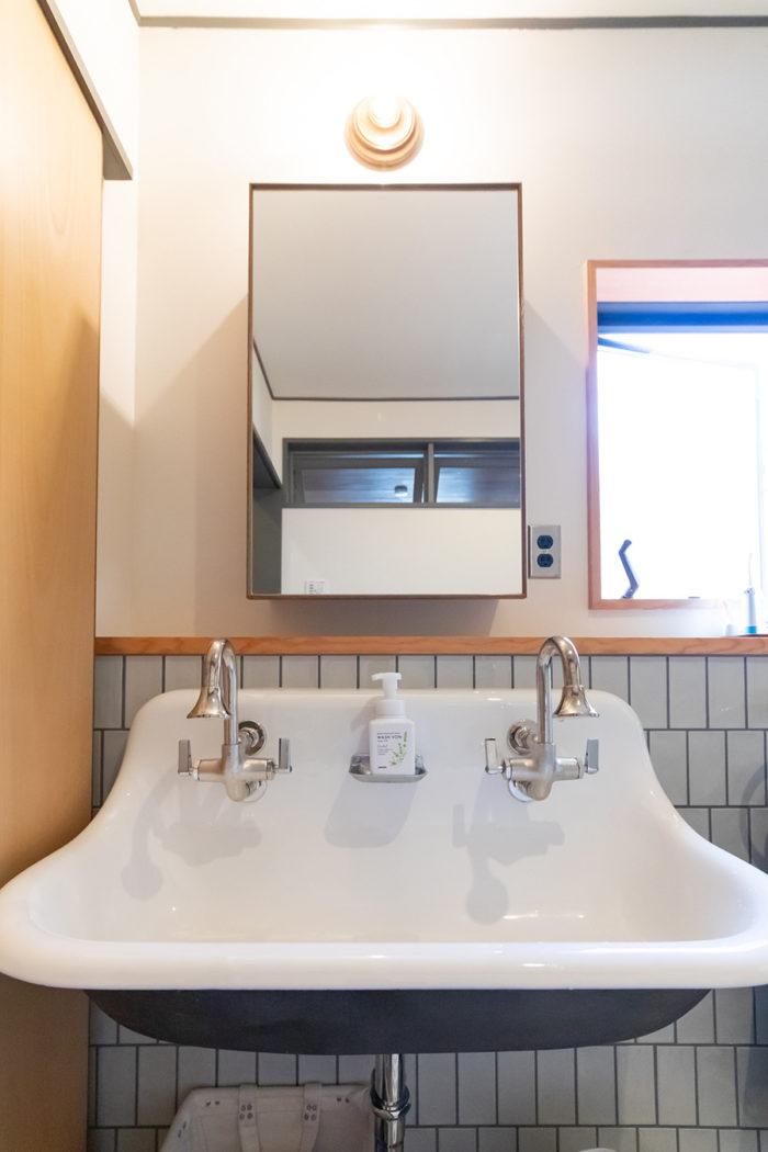 洗面にはクラシカルなシンクをセレクト。蛇口の経年変化も味を出す。