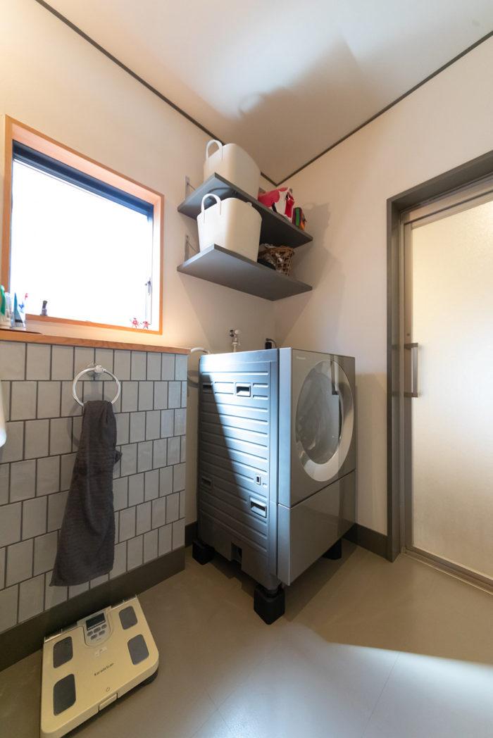 バスルームはシンプルなグレーで統一。サブウェイタイルが雰囲気を出す。