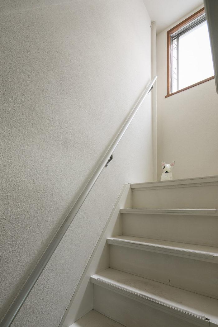 階段周りは白く塗装して明るく。