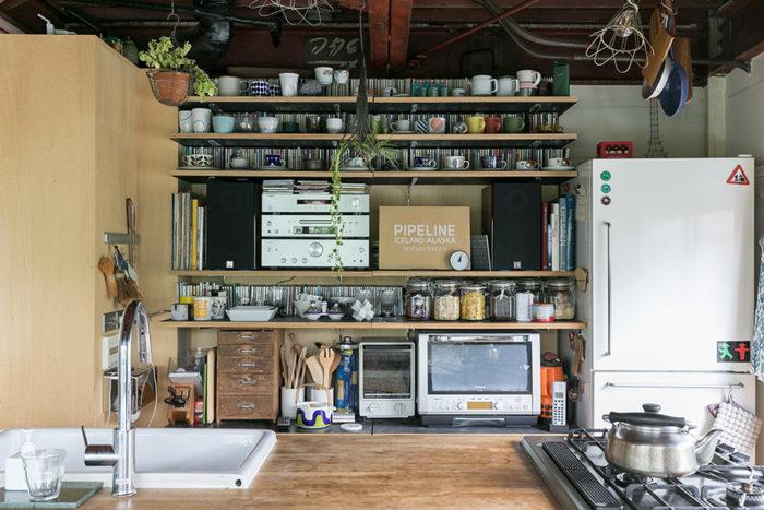 キッチンカウンターのガスレンジは作業スペースをとるために設置方向を工夫した。