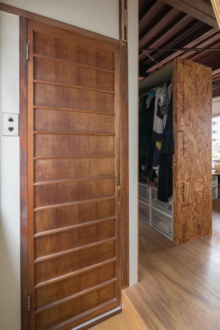 4階寝室のトイレは古い建具をそのまま利用。