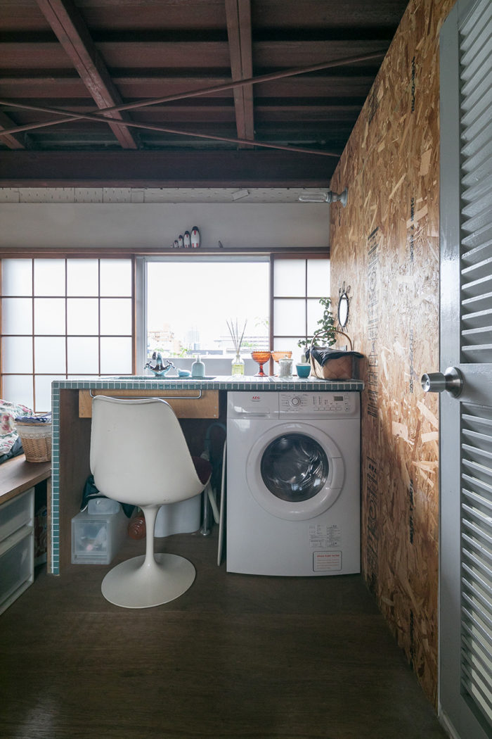 自分たちでタイルを張った洗面台。4階で洗濯し、5階のテラスで干す。