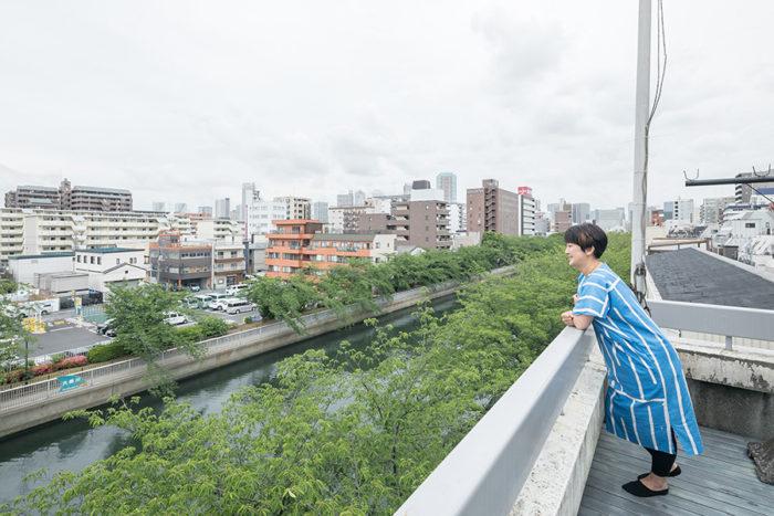 運河と桜の木を見下ろせる、気持ちのいいテラス。